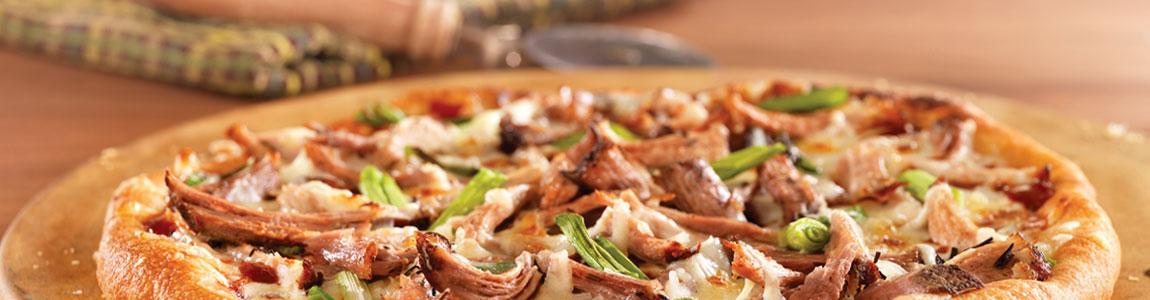 A pizzák tejfölös alappal is, valamint sajtos széllel is rendelhetők.